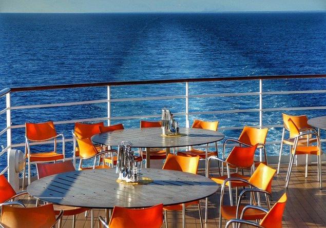 Un restaurant sur un bateau de croisière