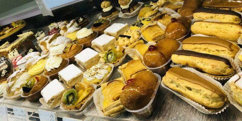 Des produits boulangers et des pâtisseries exposés sur une étale dans une boulangerie pâtisserie