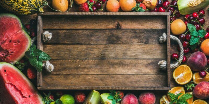 Des fruits d'été sur une étale