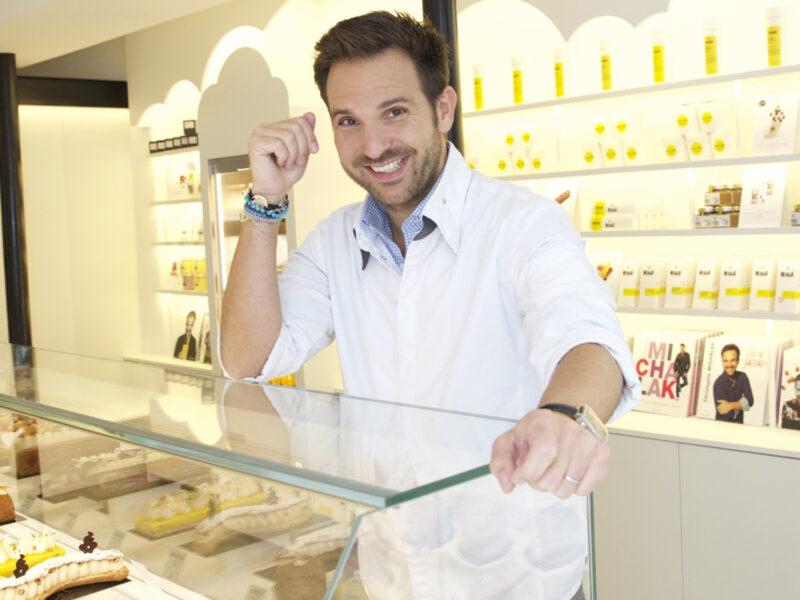 Le chef pâtissier Christophe Michalak devant ses créations
